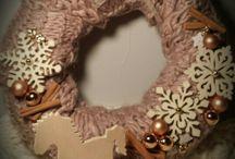 zimowe wianki otulone wełnianym szalikiem
