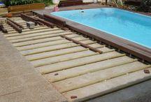 Tarima de madera en terraza con piscina particular