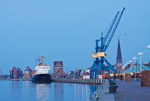 """Rostock - Perle des Nordens / Seit knapp 800 Jahren wird hier Stadtgeschichte geschrieben. Und doch ist Rostock jung. Einst wichtiges Mitglied der Hanse, hat die Stadt viel von ihrem ursprünglichen Charme erhalten, sich aber Neuem nie verschlossen. Dafür sorgten immer auch die Studenten: Die Rostocker """"Alma Mater"""", schon 1419 gegründet, ist die älteste Universität im Ostseeraum."""
