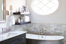 Kylpyhuone / Vannoja ja pönttöjä. Vesileikkejä