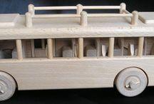 Drevené hračky - prírodné / Pojazdné a pohyblivé drevené hračky z tvrdého bukové dreva bez laku, len voskované, električky, autobusy, traktory, rušne, lokomotivy, vláčiky, tanky, litadlá, helikoptery, fotoramčeky, maľované obrázky zvieratiek pre deti, modely lietadiel a dalšie