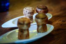 Desery w Bubbles / Bubbles to restauracja, w której do zwykłych dań można zamówić szampana prosto z Francji. Nie tylko wyśmienite trunki, idealnie skomponowane dania, ale również desery to pyszności podawane w Bubbles. Specjalnością są Kruche babeczki z kremem czy praliny. Wszystko smakuje dobrze z bąbelkami! http://www.bubbles.com.pl