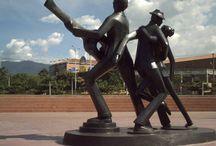 """Salvador Arango /  escultor colombiano, nació en Itagüí, Colombia en 1944 y es conocido por su seudónimo """"SAAR"""".  Inició su formación secundaria en el Instituto de la Universidad de Antioquia. Hizo estudios de pintura y de historia del arte en el Instituto de Artes Plásticas en la Ciudad de Medellín. Es considerado un escultor figurativo, que a través de un estilo geométrico logró encontrar una identidad y un reconocimiento mundial; su estilo se reconoce como geométrico conceptual."""