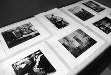 2016 - Workshop stampa d'arte, dietro le quinte (2a parte) / Workshop di stampa d'arte ideato e condotto dalla professoressa Alessandra Angelini, docente di grafica d'arte dell'Accademia di Belle Arti di Brera. Durante il workshop carugatesi e studenti dell'Accademia hanno lavorato insieme per realizzare un'opera d'arte composta da diversi pannelli che verranno in seguito donati alle associazioni carugatesi. E' stata utilizzata una tecnica di stampa sperimentale basata sull'inchiostrazione di matrici fotopolimeriche.