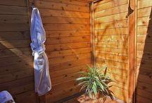 Duchas con madera / Las tarimas de madera para ducha son ideales especialmente para duchas de exteriores.