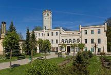Mysłakowice - Pałac / Pałac w Mysłakowicach wzniesiono ok. pierwszej połowy XVIII w., a zlecenie budowy przypisuje się Maksymilianowi Leopoldowi von Reibnitz. W 1831 roku posiadłość kupił  król pruski Fryderyk Wilhelm III i przekształcił ją w rezydencję cesarską. Obecnie jest siedzibą szkoły podstawowej. Palace in Mysłakowice they raised c the 18th century. At present he is a registered office of the primary school.