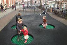 Speelobjecten met dubbelfunctie / Dol op glijden, springen en klimmen? Dat kan ook van de trap, op de stoelen en op straat. Ontdek talloze speelobjecten met dubbelfunctie!