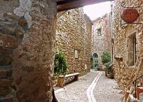 Aigne / Aigne petit village circulaire , ce village est séduisant par ses rues étroites et fraîches.