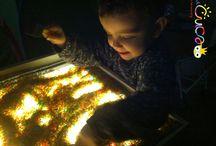 Juguem amb la llum / Les invitacions de joc a la taula de llum i altres.