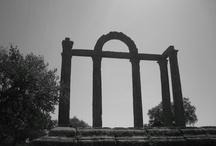 """Bohonal de Ibor / Bohonal de Ibor no se sabe si suarlo en Los Ibores (por su nombre), en La Jara, que es una parte de aquellos o en el Campo Arañuelo, que es donde está adscrito realmente. En sus alrededores podemos encontrar varios dólmenes y rescatadas de las aguas del pantano de Valdecañas encontramos las ruinas romanas de Augustóbriga, conocidas aquí como """"Los mármoles"""". Existe también un puente romano, el de las veredas que fue muy importante en tiempos de La Mesta."""