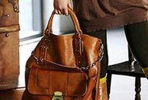Dámské kabelky / Peněženky ve všech designů, barev a tvarů. Velikosti vhodné pro každou ženu, malé obálky, velké tašky A4 a typu nakupujících. Kabelky přes rameno, listonoszki do ruky. Pohodlné. Vyrobeno z pravé kůže, eko-kůže, lakované. Tašky elegantní, formální, a na denní bázi, vícebarevný semiš. Užijte si nakupování na nejlepší on-line obchod pro zákazníky, kteří Cosmopolitus.Com zálibu se k nám na Facebooku, nabízíme 5% slevu