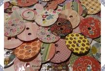 Bottoni / Il bottone è un piccolo oggetto, solitamente piatto e di forma tondeggiante, usato per chiudere gli abiti. Il bottone, che è attaccato a un lembo, funziona in accoppiata con una varco, posto sull'altro lembo, che si chiama occhiello, asola o alamaro. Infilando il bottone nell'occhiello i due lembi rimangono saldamente collegati.