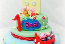 PEPPA PIG HOUSE CAKE / Beatrice una bambina appassionata della maialina che sta spaziando sulle nostre Tv! Una versione diversa da quelle precedenti...La vera casa di peppa Pig curata nei dettagli, la famiglia Pig con Mamma e Peppa sul giardino per un fantastico pic-nic e Papa' e George che arrivano sulla macchina rosso fiammante ! Tanti biscotti decorati per i piccoli amici! #peppapig #Peppapighouse #georgepig #mammapig #peppa #tortedecorate #casteliromani #cakedesign #genzanodiroma #torte www.torteamorefantasia.com