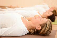 Jóga gyakorlatok / Ezen az oldalon a Sivánanda jóga gyakorlataival ismerkedhetsz. A 12 alaptesthelyzetet megvilágosodott Mesterünk állította össze. A gyakorlatok íve a korona csakrától halad a gyökérig, ahogy a lélek megérkezik az anyagvilágba. Az óravégi relaxációval pedig visszatérünk a korona csakrához, természetes állapotunkhoz: öröklét - tudás - üdvösség állapotába.