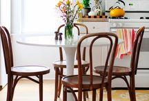 Eero Saarinen Tulip Collection - Einrichtungsideen / Bei der Tulip Collection von Eero Saarinen hat sich dieser bei der Kreation seiner Möbel an der natürlichen Form einer Tulpe orientiert. Zu dem Tulip-Möbeln gehören die Tulip Tische sowie der Tulip Chair und der Tulip Armchair.  https://modecor.com/navi.php?qs=tulip