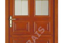 Vchodové dveře / Dveře od Vašeho domova mohou mít nejen protipožární,kouřotěsnou a bezpečnostní funkci,ale také klima úpravu a zvukovou izolaci.Kvalitní mechanický práh navíc zamezí i úniku drahocenného tepla.Zatímco vnitřní strana dveří bude v desingu interiérových dveří,ta vnější může ladit s povrchem dveří od ostatních bytů.