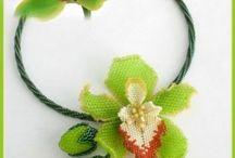 kwiaty z drobnych koralików