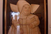OBRAS FERNANDO BOTERO / MUSEO BANCO DE LA REPUBLICA-bogota Fernando Botero es un pintor, escultor y dibujante colombiano que nació en Medellín el 19 de abril de 1932. Su personalísimo estilo, que tiene entre sus rasgos más fácilmente identificables el agrandamiento o la deformación de los volúmenes, ha merecido la admiración tanto de la crítica como del gran público, que no puede sustraerse a la singular expresividad de una estética en la que las problemáticas humanas y sociales ocupan un lugar prioritario.