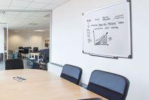 Office furniture / elementi di arredo per l'ufficio. Espositori porta depliant e porta avvisi, autoportanti, da banco o da parete.