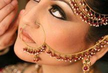 Bijoux Indiens / En Inde, toutes les femmes portent des bijoux au quotidien et pour toutes les occasions comme pour les Mariages. Elles sont très coquettes! De la tête aux pieds, elles se parent de nombreux bracelets, boucles d'oreilles pendantes, colliers, bijoux de front, bagues de pied, bracelets de cheville...