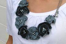 colar com flores em jeans