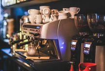 Espressomachine / Een espressomachine is een koffiezetapparaat waarmee espresso en andere op espresso gebaseerde koffie gezet kan worden.