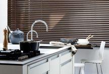Keuken / Ook de keuken is pas compleet met stijlvolle raamdecoratie. Ben je bang dat vet en vuil een probleem vormen? De collecties van bece® bieden uitkomst.