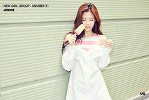 BLACKPINK / Jennie Kim (Jennie) - Jisoo Kim (Jisoo) - Lalisa Manoban (Lisa) - Chaeyoung (Rosé)