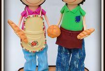 """Fofuchos panaderos """"La Barra de Oro"""" (Neda - A Coruña) / Hoy os presentamos a unos fofuchos muy molones. Son dos panaderos de la Cafetería - Panadería """"La Barra de Oro"""" (Neda - A Coruña). Como buenos panaderos, llevan unas barras de pan en la mano y un bollo. Esperamos que os gusten."""