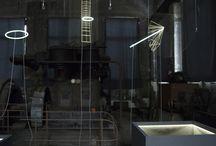 Luminaries | Biennale Internationale Design Saint-Étienne 2015 / Ce qui constitue le fil rouge du travail de Glithero est l'instant où un produit prend vie. La fascination de Glithero pour cet instant est à la fois amplifiée et inversée dans cette nouvelle installation, intitulée Luminaries. Les designers façonnent des structures aux allures de cages qui, en jouant sur l'interaction entre des surfaces vitrées et la lumière, semblent entourer des sources lumineuses pour les capturer.