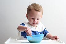 NumNum ❁ / NumNum™ de revolutionaire eerste stap naar zelf leren eten.  Het innovatieve ontwerp van de NumNum maakt het gemakkelijker om baby's zelf te leren eten! Doordat het niet uitmaakt hoe je de NumNum vast houdt is hij gemakkelijker te hanteren. Dit betekent minder rommel voor de ouders, terwijl de baby de fijne motoriek ontwikkelt om zelf te leren eten met een lepel.
