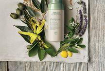 Producten / Waarom Aveda? De producten van Aveda bestaan voor 95% uit natuurlijk ingrediënten. Tevens is Aveda het eerste cosmeticabedrijf dat produceert met 100% windenergie. Alle producten zijn professioneel vervaardigd met respect voor de aarde. De bloemen- en plantenextracten en aroma's van pure essentiële oliën in combinatie met de professionele behandelingstechnieken van de Christiaan experts herstellen de balans in uw huid en haar optimaal.
