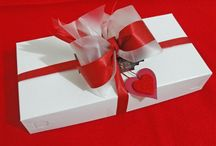 Kolači u poklon-pakovanjima / Mnogi zadovoljni kupci, u želji da zadovoljstvo uživanja u našim kolačima podele sa još nekim ili pak da bi izbegli stereotipe, naručuju naše kolače kao poklon, da njima obraduju i iznenade domaćine, slavljenika ili blisku osobu. Za njih smo pripremili poklon pakovanja od 0.5kg i 1kg. Budite originalni! Neka drugi poklanjaju cveće, kafu ili piće – Vi poklonite lepo upakovanu kutiju domaćih kolača!