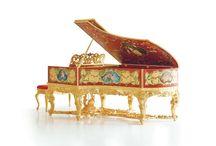 C. Bechstein Louis XV Flügel / Mit einem Unikat krönte C. Bechstein das 160. Firmenjahr. Aus edelsten Materialien schufen Klavierbaumeister und Künstler ein prächtig verziertes Instrument – Luxus pur aus einer der traditionsreichsten und zugleich modernsten Manufakturen Deutschlands.