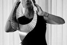 """Ursula Mayer / Nata in Austria nel 1970,  vive e lavora a Londra. Nelle sue opere pone attenzione allo spazio e al tempo. """"Memories of Mirrors"""" (2007/08) è girato negli interni della casa dell'architetto ungherese Ernö Goldfinger a Londra, che ospita oggetti e sculture di amici artisti: Leger, Duchamp, Man Ray. Due donne, una giovane ed una anziana camminano lentamente e forse l'anziana signora ha memoria del suo passato tra quelle pareti. Oggi e ieri si rincorrono, si confondono, si mescolano nel tempo."""