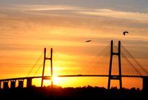 """Puente Rosario-Victoria """"Nuestra Señora del Rosario"""" / Es una monumental conexión vial que cruza el río Paraná para atravesar un entorno de islas a lo largo de 60 kilómetros hasta la ciudad de Victoria, provincia de Entre Ríos. Este puente tiene un gran valor geoestratégico como parte del Corredor Bioceánico, lo que afirma la posición de Rosario como eje del Mercosur."""
