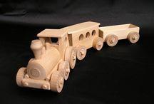 Vláčky a mašinky - dřevěné hračky / Široký výběr vláčků v přírodním provedení. Osobní a nákladní vláčky, úzkokolejný vlak s osobní vagónem, drážní drezína s přívěsem na koleje. Všechny dřevěné hračky jsou české výroby z tvrdého bukového dřeva stavěné pro životnost desítek let, ikdyž ten Váš kluk umí s hračkou pěkně švihnout :-)