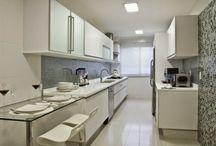 Cozinha Corredor | Corridor Kitchen / Veja muito mais fotos, dicas e informações técnicas de cada COZINHA CORREDOR no blog Decor Salteado! É só clicar nas imagens! ; - )