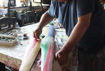 Jaime Goded en su trabajo. / Son imágenes del autor trabajando sobre distintos materiales.