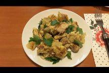 Egg, potato & chicken breakfast scramble. Omletă cu cartofi și pui. Омлет с картошкой и мясо курицы. / Ingredients: 4 eggs, 2 boiled potatoes, chicken-500g, olive oil, salt, peperocino and parsley. Ingrediente: 4 ouă, 3 cartofi fierți, carne de pui-500g, ulei de măsline, sare, piper și pătrunjel. Ингредиенты: яйца-4шт, картофель варёный-2шт, мясо куриное-500г, масло оливковое, соль, перец чёрный, петрушка.