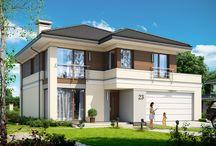 Projekt domu Tytan 3 /  Budynek o prostej konstrukcji, łatwy w budowie i niedrogi w późniejszym utrzymaniu. Dzięki otwarciu dużymi oknami na stronę elewacji frontowej i bocznej Tytan 3 doskonale nadaje się na działki o niekorzystnym położeniu wjazdu i drogi dojazdowej względem słońca. Dom zachowuje ogródek i teras z tyłu domu, ale dzięki dużym przeszkleniom narożnika frontowego wnętrze będzie skąpane w słońcu, nawet gdy działka ma wjazd od południa.