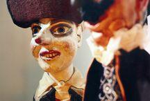La Casa delle Marionette - Ravenna  / In pieno centro storico sorge il Museo che dal 2005 ospita la storica Collezione Monticelli, uno spaccato di due secoli di storia del teatro di figura italiano. La collezione comprende scenografie in carta, burattini, marionette, copioni, innumerevoli materiali cartacei di tournée (locandine, lettere, bandi) nonché vario materiale sparso usato dalla Famiglia Monticelli nei propri spettacoli.