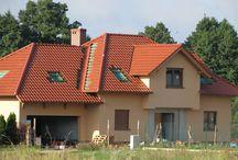 Projekt domu Pod dębem / Przeznaczony jest dla 4-5 cioosobowej rodziny. Bryła budynku przekrytazostała czterospadowym dachem z dużymi lukarnami na każdej z elewacji sprawia, że dom wygląda atrakcyjnie z każdej strony. Wygląd zewnętrzny urozmaicono wykuszami, balkonem oraz podcieniem ogrodowym.