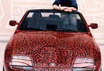 Keith Haring / Tra il 1980 e il 1989, Haring ottenuto il riconoscimento internazionale. Nel 1982, ha fatto il suo debutto galleria di Soho con un immensamente popolare e acclamato mostra personale alla Tony Shafrazi Gallery ,la Biennale di San Paolo; e il Whitney Biennial. Haring ha completato numerosi progetti pubblici nella prima metà degli anni '80, , la progettazione di scenografie e fondali per teatri e club, in via di sviluppo modelli di orologi per Swatch e una campagna pubblicitaria..>>>