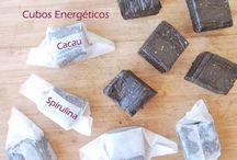 Cubos Energéticos de Cacau e Spirulina / Vegan, crudívoros, sem glúten, sem açúcar, sem óleo e sem soja. Têm uma boa quantidade de proteína e são muito práticos e deliciosos.