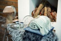 Kerst Trends 2015: Winters wit met denimblauw / Met deze landelijke trend kerstversiering voor 2015 haal je de winter naar binnen. Combineer winters witte decoratie - zoals ijspegels, witte ballen en sneeuw - met houten versiering en kerstdecoratie in stoer denimblauw! / by Christmaholic.nl - kerst