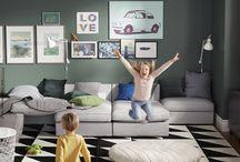 Salones para estar JUNTOS / Disfrutar en familia de una tarde de lluvia, tumbarse a dormir la siesta mientras los niños juegan en la alfombra, improvisar una comida con amigos. Se trata de estar juntos. Juntos, en tu salón.