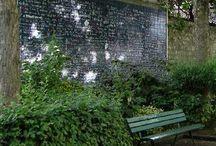 Montmartre et le Romantisme / Mur des je t'aime, musée de la vie romantique, petites rues au clair de lune, jardins inspirants, artistes et poètes ayant célébré l'amour, bancs publics pour les amoureux... L'amour est partout à Montmartre.