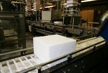 Produkcja suchego lodu / Produkcja suchego lodu rozpoczyna się od ciekłego dwutlenku węgla z którego jest wykonany. W skomplikowanym procesie ściskania i rozprężania powstaje śnieg który jest następnie prasowany do pożądanej postaci. Obecna produkcja suchego lodu dzięki granulatorom firmy Asco może odbywać się na małej powierzchni.