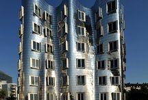 Frank Gehry / Frank Owen Gehry, geboren als Frank Owen Goldberg, (Toronto, 28 februari 1929) is een Canadees-Amerikaans architect. Sinds 1962 leidt Gehry een eigen bureau in Los Angeles: Frank O. Gehry Associates.  Spraakmakend is zijn Guggenheim Museum (1999), in het Spaanse Bilbao, dat verrees op een voormalig haventerrein bij de oude binnenstad waaraan de schaal en de textuur van het museum is aangepast.